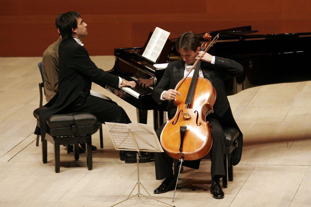 Asculta 5 minute de muzica clasica - violoncelistul Razvan Suma si pianistul spaniol Josu Okinena