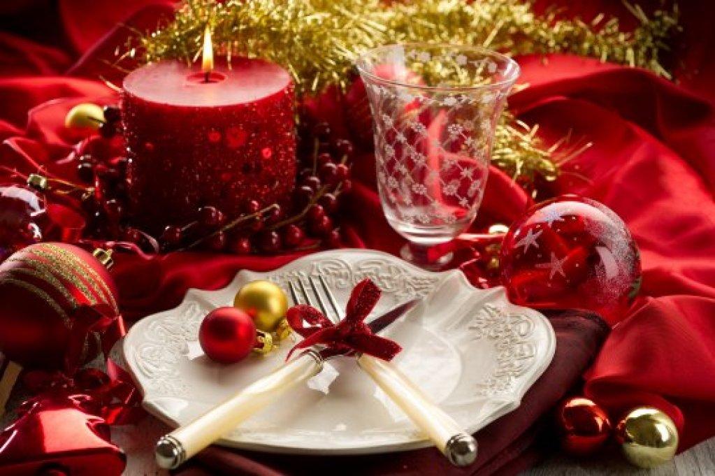 Sarbatoarea de Craciun vine cu bucurie, cu daruri, cu cei dragi alaturi si.. cu multa 'asezare la mese', cu bucate alese!