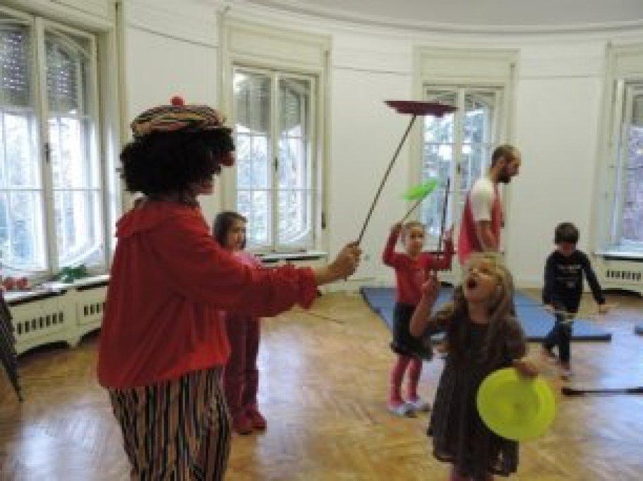 Atelier de Circ: initiere in franceza prin jonglerii, acrobatii, prezenta scenica