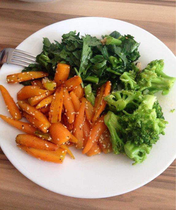 Morcovi prajiti cu brocoli si salata de frunze de telina