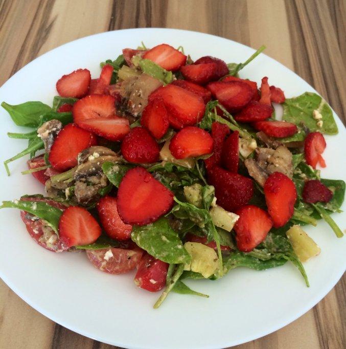 Salata cu capsuni si branza de capra