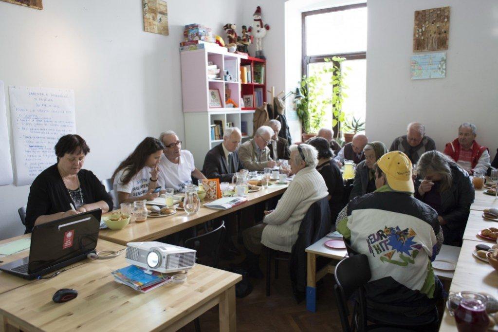 """Caravana Cafeneaua Seniorilor: """"Munca la vârsta a treia este terapie"""""""