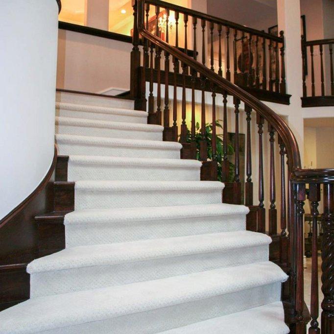 Scările din lemn, un plus în design-ul interior al casei tale