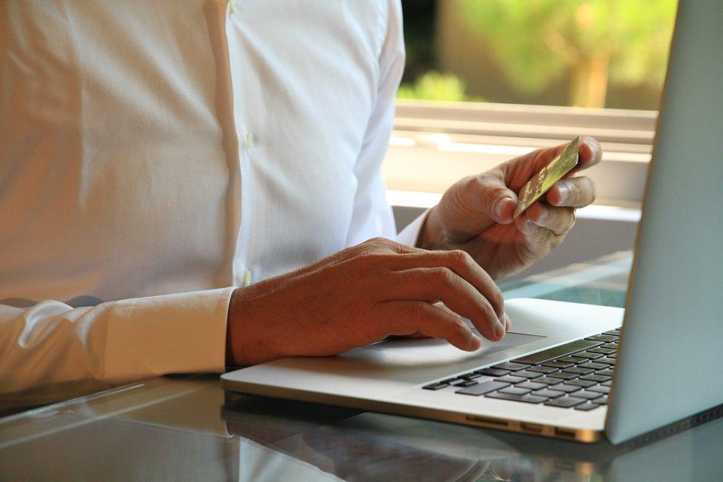 Numărul de oameni care fac cumpărături online este în creștere