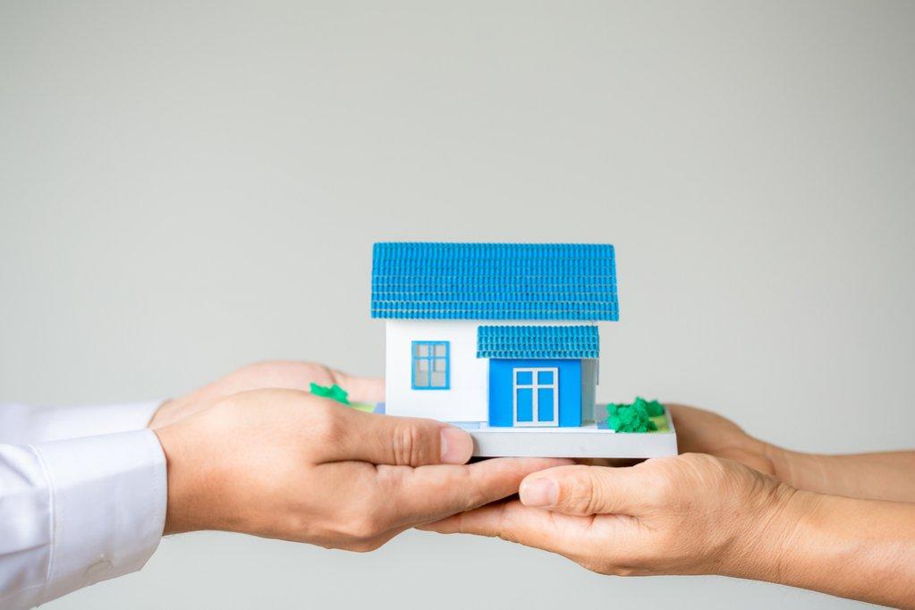 Idei de cadouri ieftine pentru cine se muta la casa noua