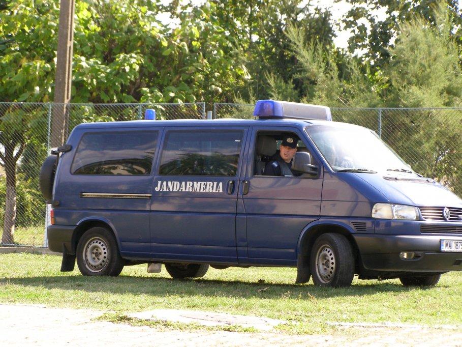 Haine și încălțăminte contrafăcute retrase de pe piață de jandarmi