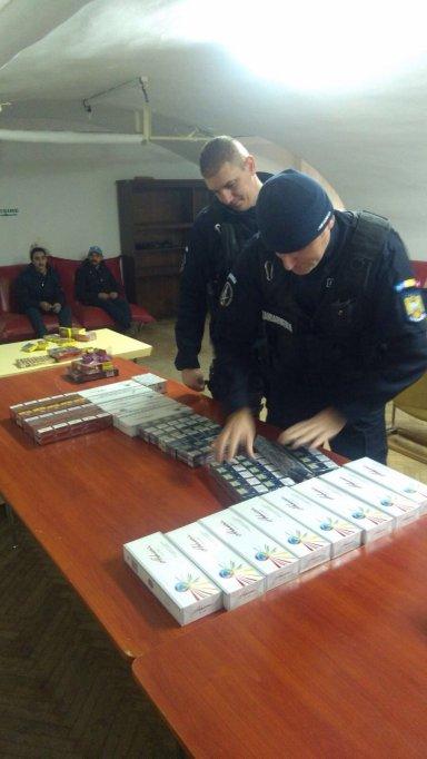 Țigări de contrabandă și materiale pirotehnice confiscate de jandarmi