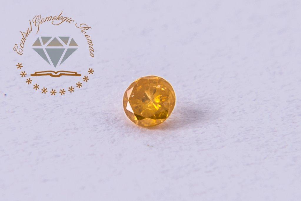 De ce sunt colorate diamantele?