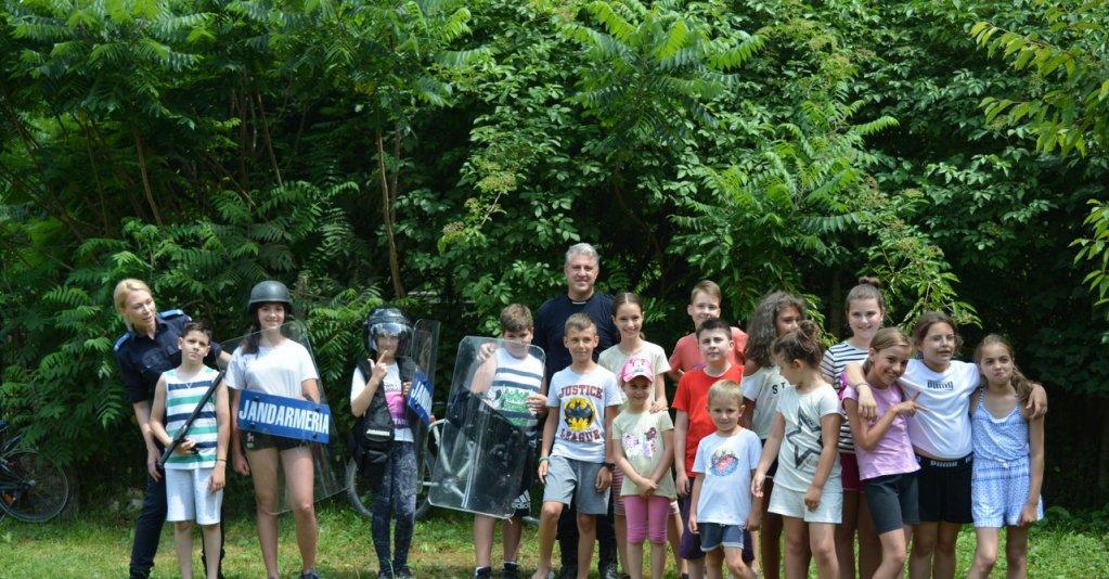 Jandarmii arădeni au organizat activități preventiv educative în localitatea Căsoaia din județul Arad