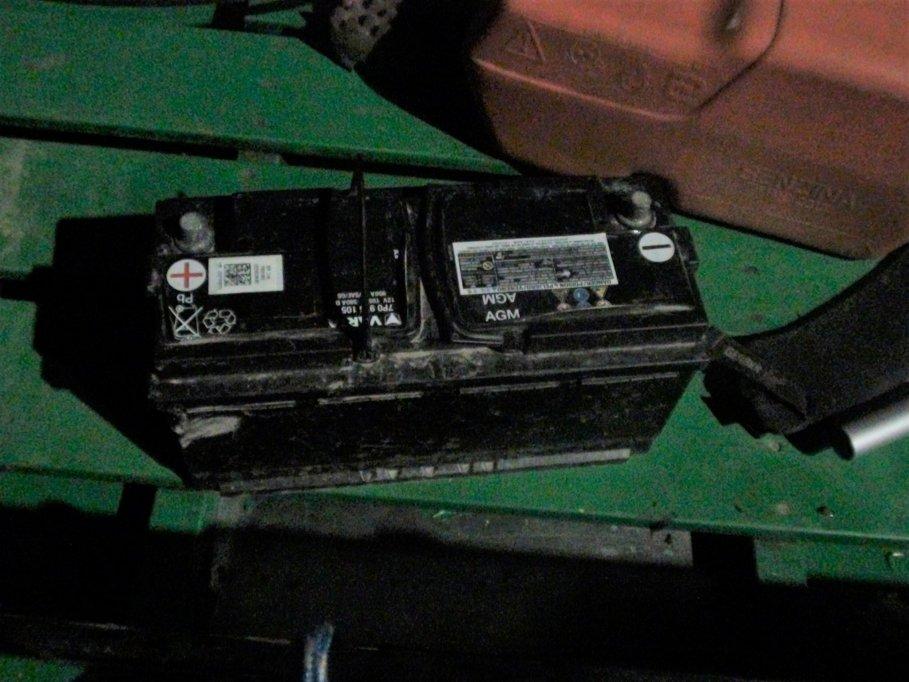 Baterie auto, cabluri electrice o barcă cu motor și mult tupeu