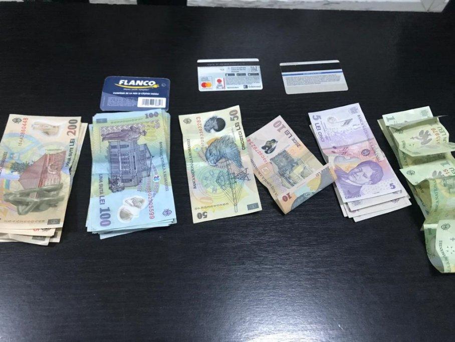 O borsetă plină cu bani și carduri bancare a fost găsită de jandarmi și restituită proprietarului