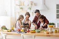 Copiii tăi petrec mult timp în bucătărie? Vezi cum să o faci cât mai practică și sigură pentru cei mici!