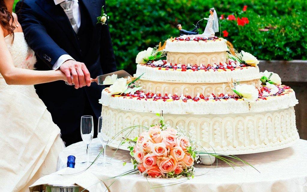 O felie din delicioasa istorie a tortului de nunta