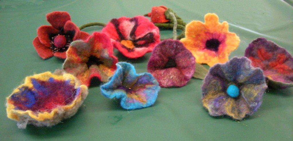 Flori de Mărțișor - atelier de creat mărțișoare filțuite din lănă naturală