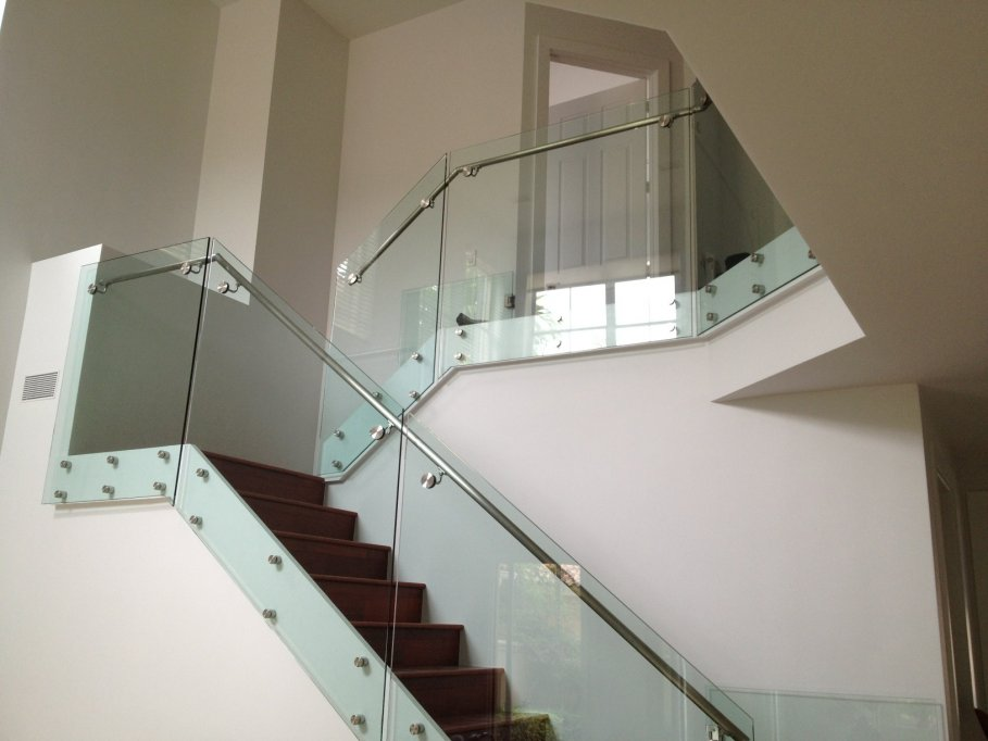 Accentuarea stilului individual cu balustrade de sticla