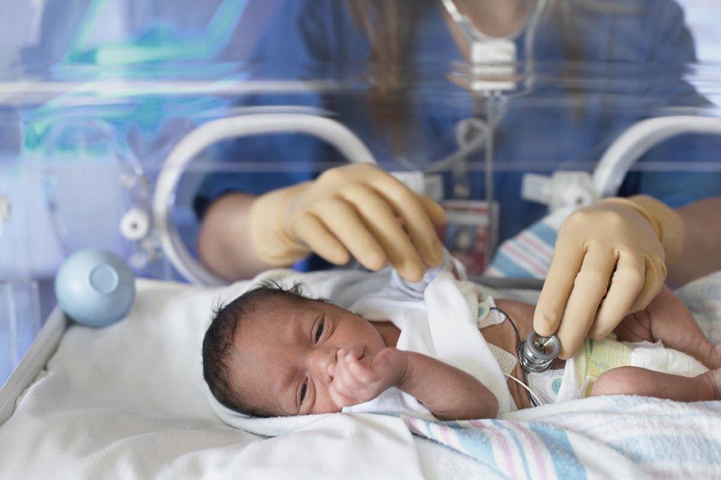 Mângâieri calde pentru bebeluşii născuţi prematur