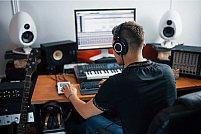 Visezi să îți lansezi primul album de muzică? Află cum poți să reușești chiar din apartamentul tău!