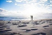 Cum te îmbraci dacă te căsătorești pe plajă