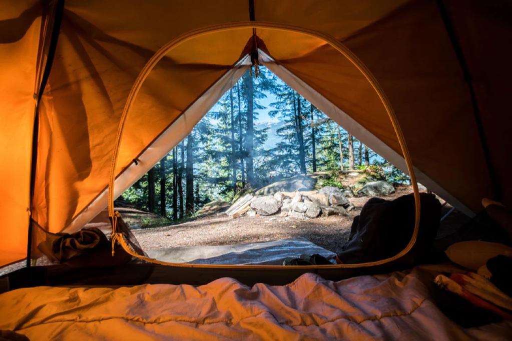 10 lucruri esențiale pe care ar trebui să le ai cu tine când mergi la camping