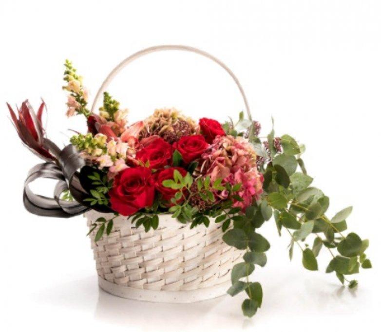 Organizezi o petrecere restrânsă la tine acasă? Ce spui despre coșuri cu flori în loc de decorațiuni?