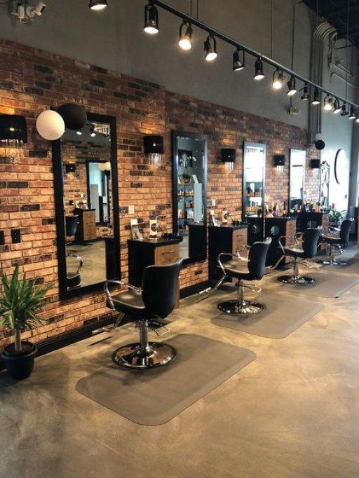 Amenajarea salonului de infrumusetare: ucenici pentru frizerie, scaunul confortabil si ambianta placuta, lucruri esentiale in saloanele moderne