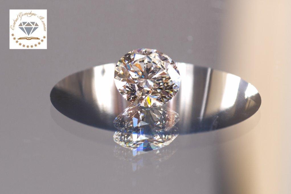 De ce strălucesc diamantele